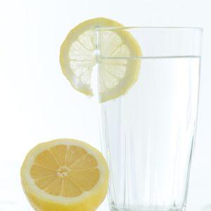 グラスにレモン
