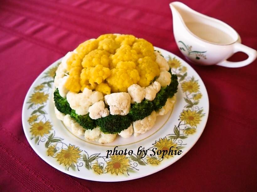 カリフラワーとブロッコリーのチーズソース添え