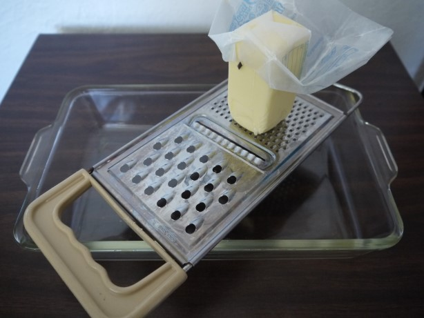 冷凍バターをおろす