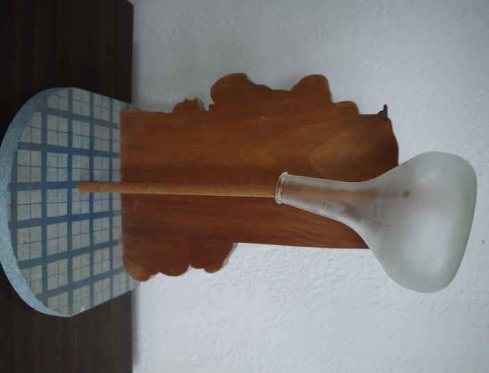 ペーパータオルホルダーでグラスを乾かす