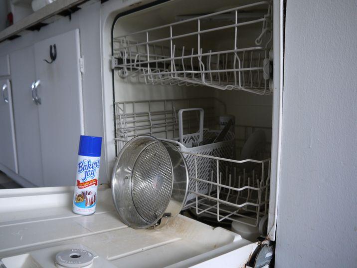 食洗機のドアでオイルスプレー