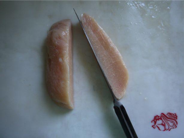 半冷凍のチキンを切る