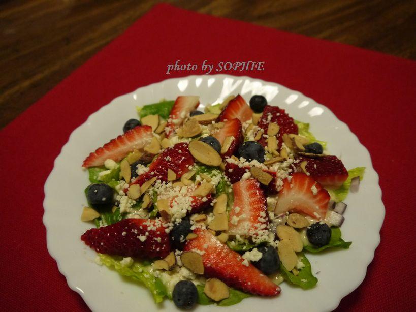 イチゴとブルーベリーのサラダ